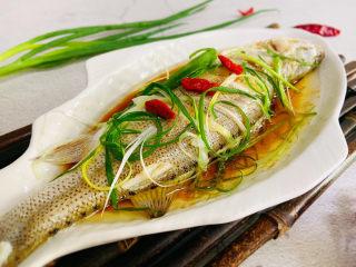 葱油鲈鱼,葱油鲈鱼鲜香味美!