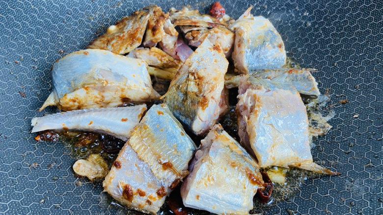 酱焖鲅鱼,煎至表面金黄色再翻面煎至金黄色