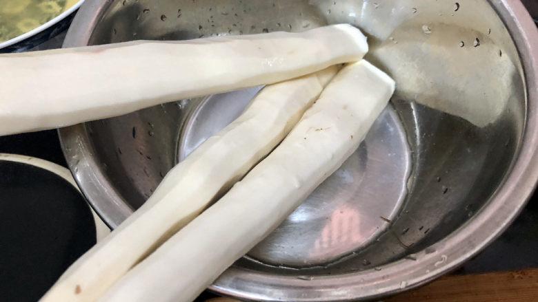 山药炒肉片➕莴笋香菇山药炒肉片,山药削皮洗净