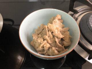 山藥炒肉片?萵筍香菇山藥炒肉片,滑炒到肉片變色發白瀝油盛出
