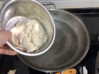 山藥炒肉片?萵筍香菇山藥炒肉片,坐鍋燒水,水開下山藥,煮半分鐘