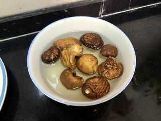 山藥炒肉片?萵筍香菇山藥炒肉片,干香菇八九個,清洗一下,提前溫水泡發