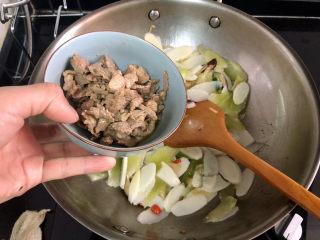 山藥炒肉片?萵筍香菇山藥炒肉片,加入肉片,中火翻炒一分鐘