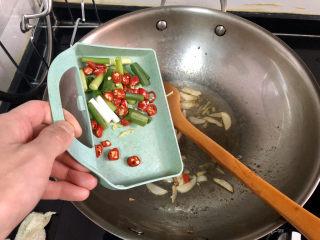 山藥炒肉片?萵筍香菇山藥炒肉片,加入小蔥小米辣煸香