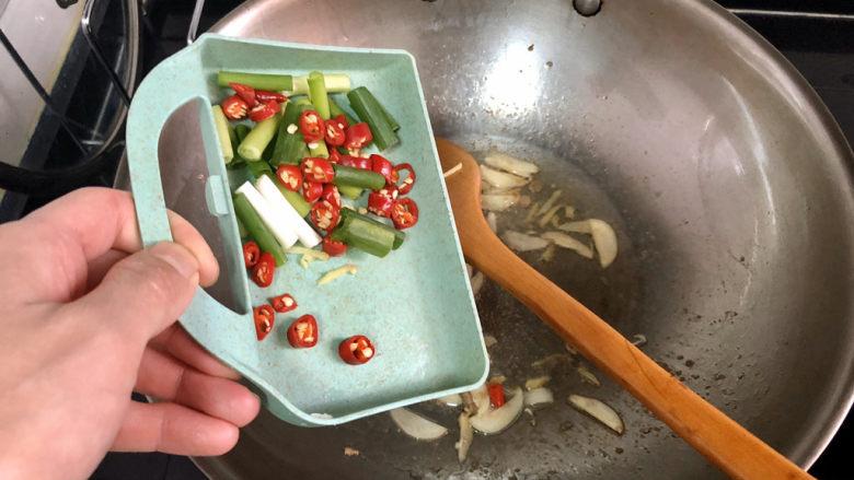 山药炒肉片➕莴笋香菇山药炒肉片,加入小葱小米辣煸香