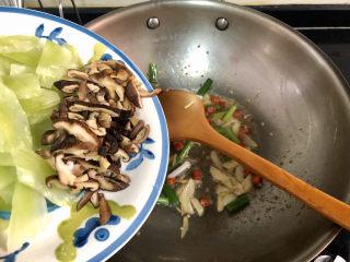 山藥炒肉片?萵筍香菇山藥炒肉片,轉中火,加入香菇片,煸炒一分鐘