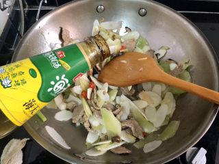 山藥炒肉片?萵筍香菇山藥炒肉片,調味:加入一湯匙蠔油,繼續翻炒一分鐘