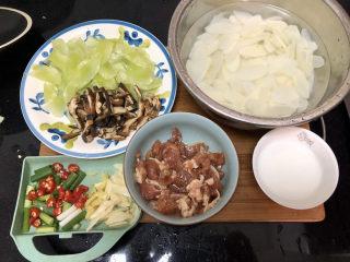 山藥炒肉片?萵筍香菇山藥炒肉片,全部食材準備好