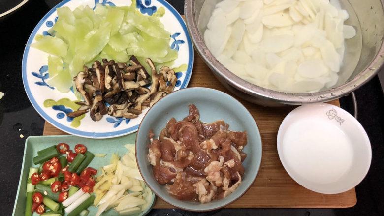 山药炒肉片➕莴笋香菇山药炒肉片,全部食材准备好