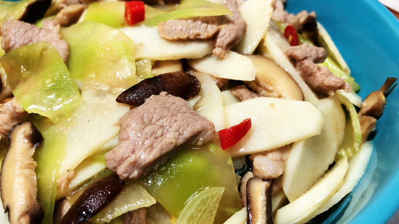 山药炒肉片➕莴笋香菇山药炒肉片,这道山药炒肉片,做法简单,山药莴笋爽脆,香菇肉片嫩滑,咸鲜味美,营养丰富,喜欢的小伙伴们快来试试吧😄