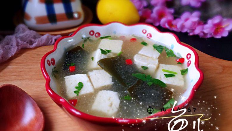 海带豆腐汤,装入碗中,撒香菜碎