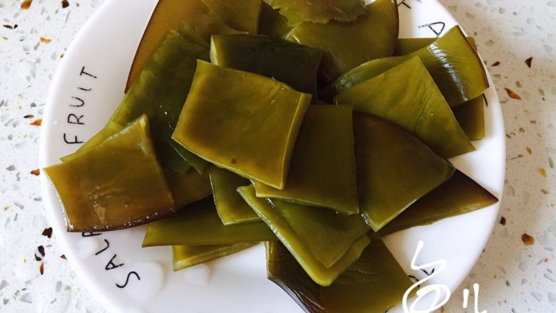 海带豆腐汤,泡发的海带切小块