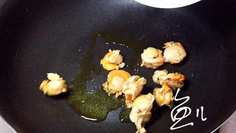 韭菜炒扇贝,油锅烧热,放入扇贝肉翻炒几下