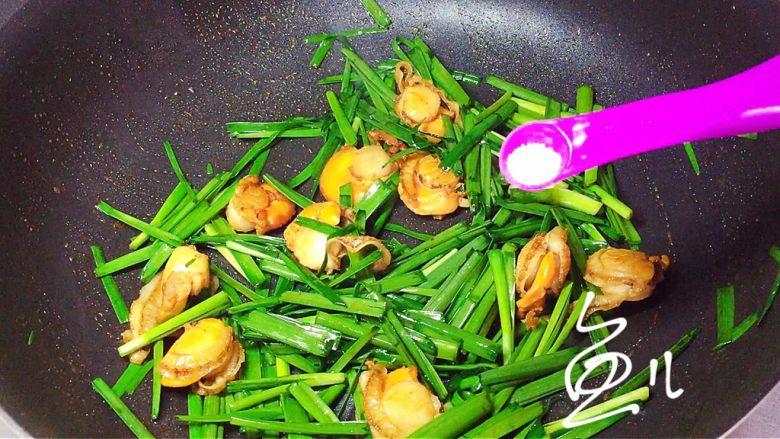 韭菜炒扇贝,翻炒片刻,放入食盐调味