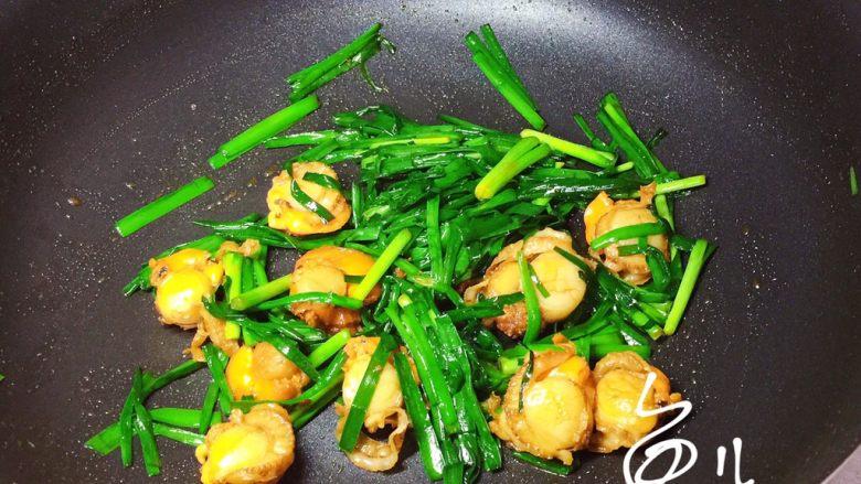 韭菜炒扇贝,炒匀出锅