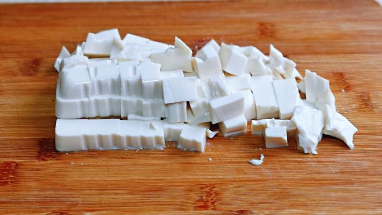 海带豆腐汤,豆腐倒扣再砧板上,再切小块。
