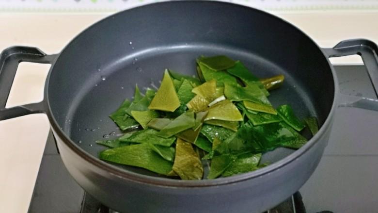 海带豆腐汤,起油锅,加入海带煸炒。