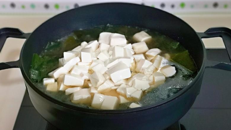海带豆腐汤,10分钟后加入豆腐。