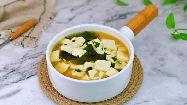 海带豆腐汤,盛出装入汤碗中,简单易学。