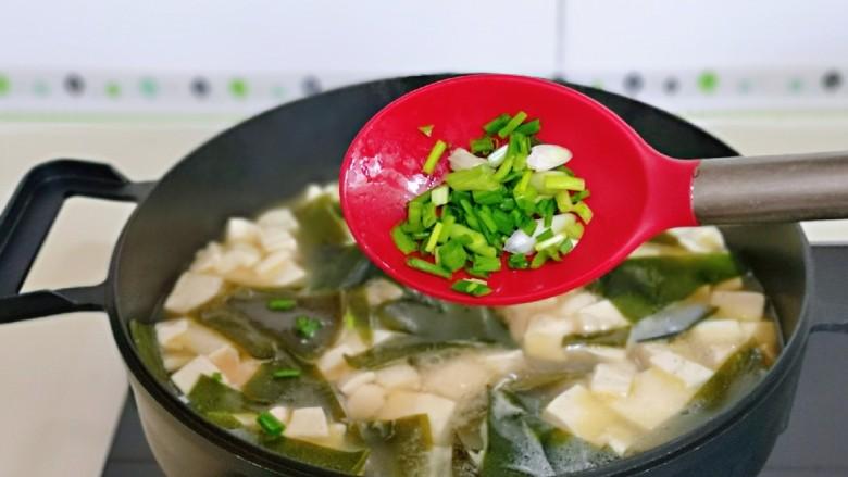 海带豆腐汤,撒上葱花,借助余温烫熟即可。