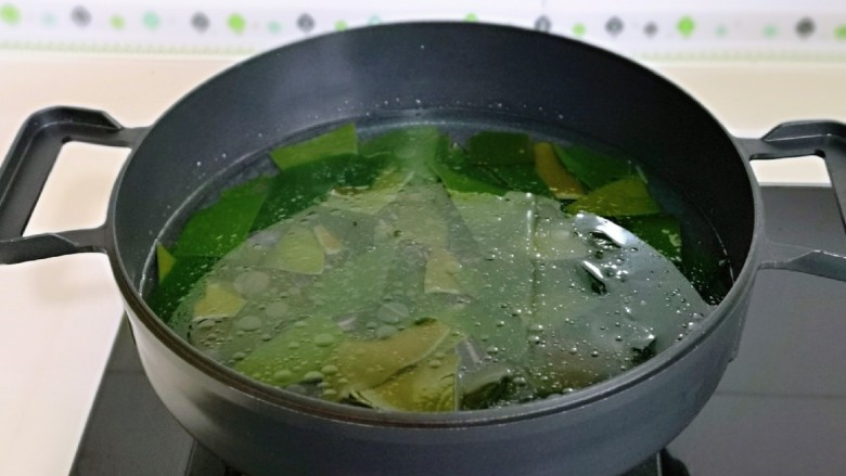 海带豆腐汤,再加入适量的纯净水。