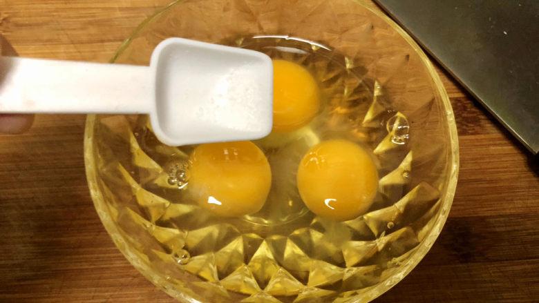 杏鲍菇炒鸡蛋➕淡黄杨柳又催春,鸡蛋打入碗中,加入少许食盐