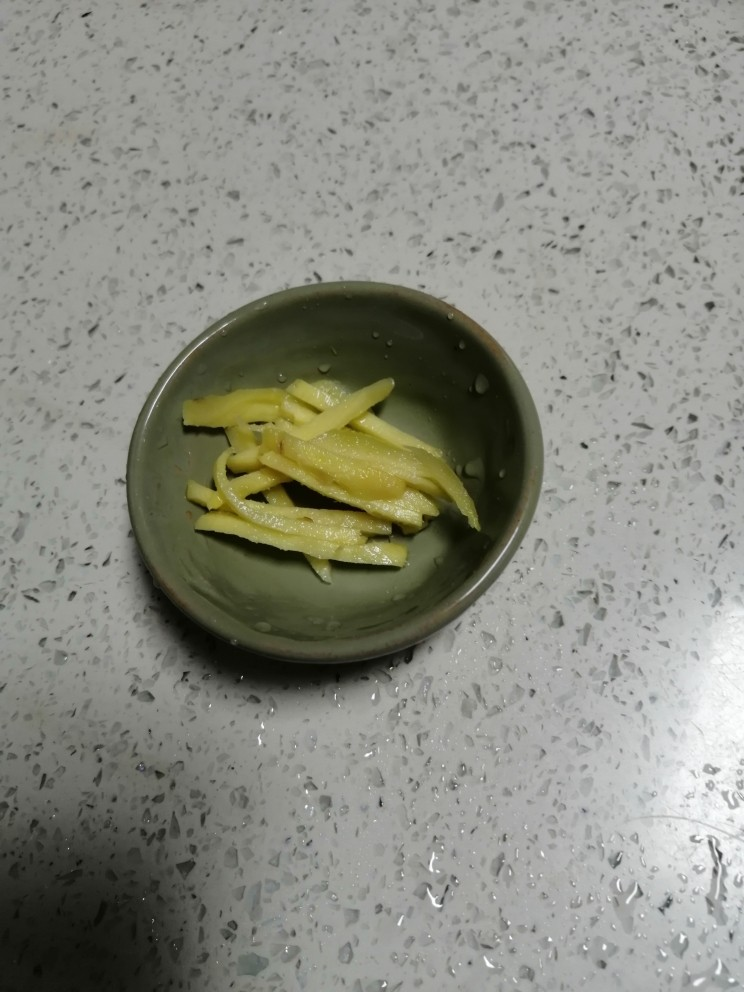 海带豆腐汤,<a style='color:red;display:inline-block;' href='/shicai/ 37'>姜</a>洗干净切好备用