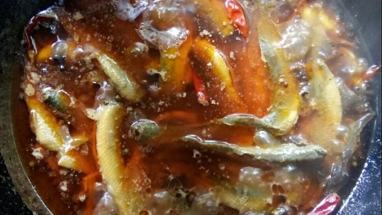 红烧泥鳅,煮入鱼鳅,加老抽和生抽调味。