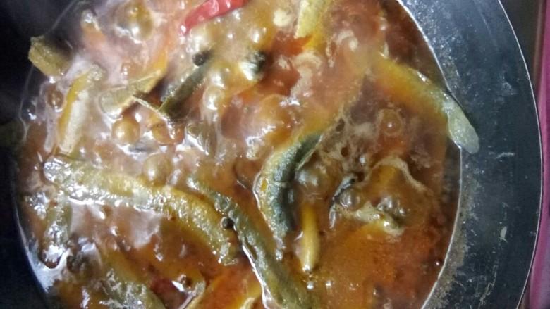 红烧泥鳅,煮十五分钟后关火。