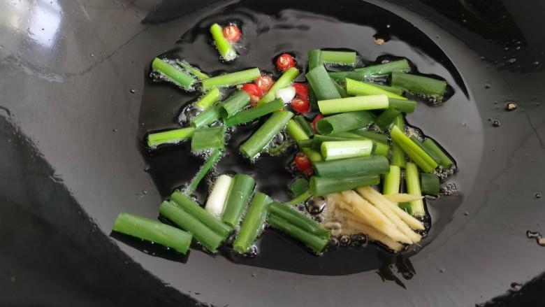 豇豆炒鸡蛋,往炒鸡蛋的锅里再倒入少许的油,放入葱、姜、<a style='color:red;display:inline-block;' href='/shicai/ 62'>辣椒</a>爆香。