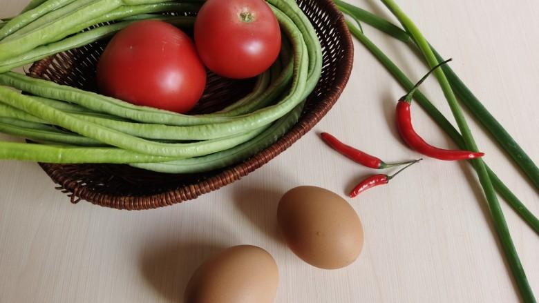 豇豆炒鸡蛋,准备所需食材。