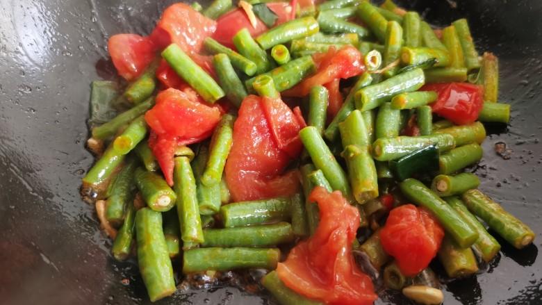 豇豆炒鸡蛋,翻炒至西红柿软烂出汁。