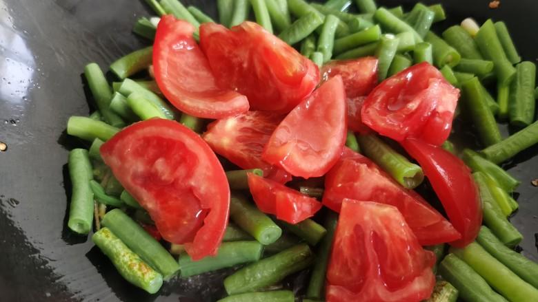 豇豆炒鸡蛋,放入西红柿块。