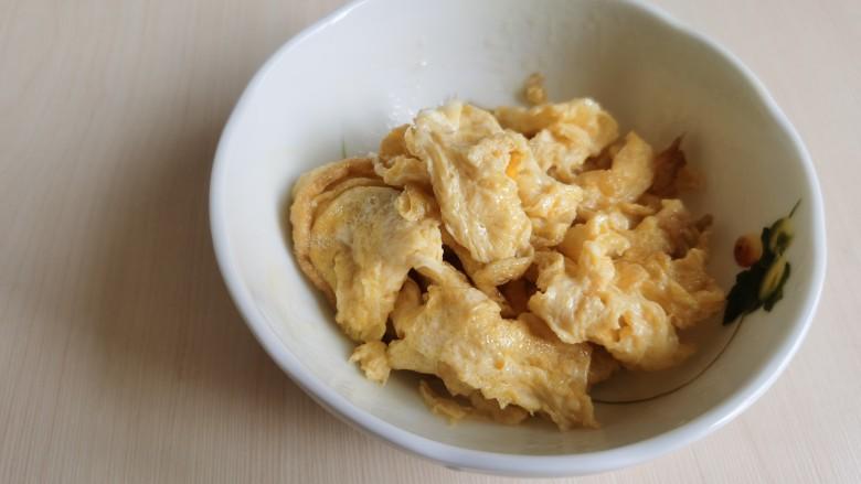 豇豆炒鸡蛋,将炒好的鸡蛋盛出来。