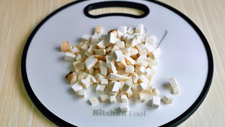 杏鲍菇炒鸡蛋,再切丁,也可以根据个人喜欢开切,丁,片随意。
