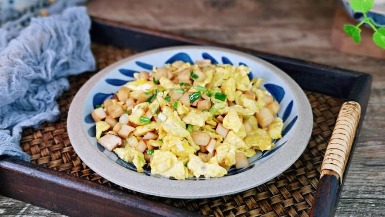 杏鲍菇炒鸡蛋,盛出装盘,即可食用,老少皆宜的一道家常小菜。