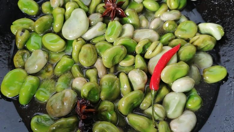 五香蚕豆,加少许水将蚕豆焖一会