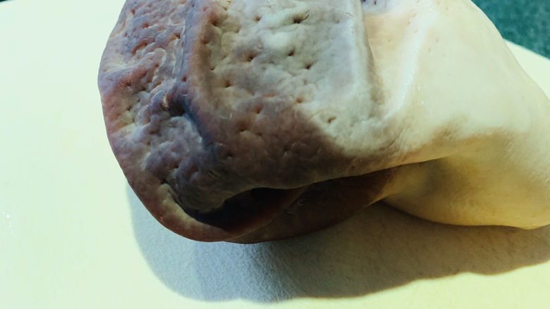 胡椒猪肚鸡,猪肚用小苏打、酒、盐,洗净;