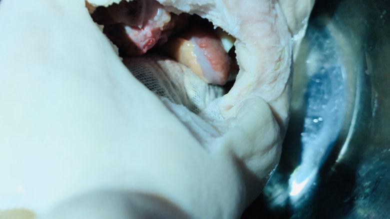 胡椒猪肚鸡,猪肚开的口比较小,切块的鸡肉刚好可以塞进去;