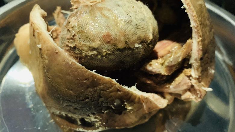 胡椒猪肚鸡,用剪刀剪开猪肚,取出胡椒丢了;