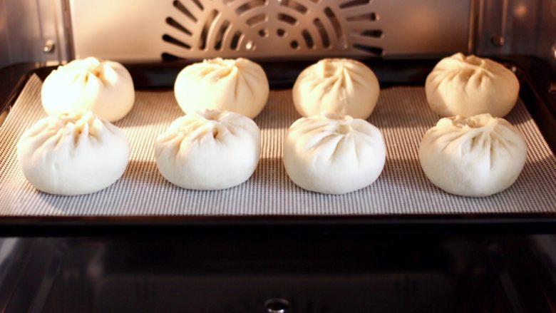 鹅蛋扇贝西葫芦蒸包,把包好的包子放入蒸烤箱里进行二发,看见醒发至原来的1.5倍大的时候,蒸15分钟焖3分钟即可。