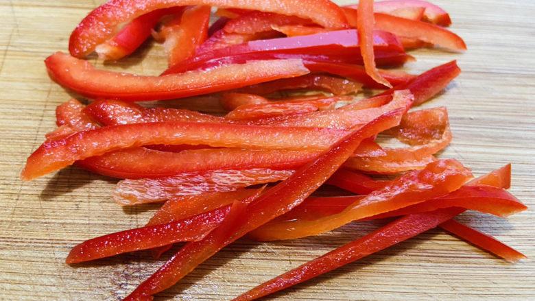 杏鲍菇炒牛肉+家常小炒,红椒清洗干净切丝