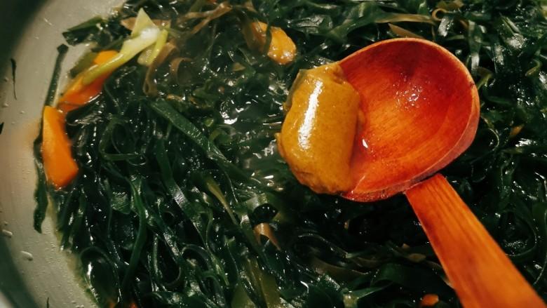 海带豆腐汤,放入<a style='color:red;display:inline-block;' href='/shicai/ 693'>咖喱</a>