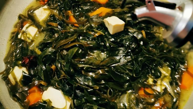 海带豆腐汤,倒入芝麻油  关火