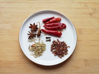 五香蚕豆,准备好干红辣椒、花椒、八角、小茴香和丁香。