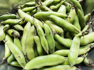 油炸蚕豆,买回来的蚕豆是带皮的。