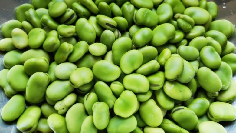 油炸蚕豆,看一下这是剥好的蚕豆。
