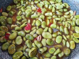 油炸蚕豆,转小火煮12分钟关火。