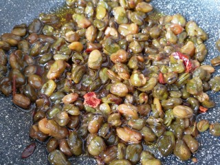 油炸蚕豆,中小火炸至蚕豆酥脆关火,捞出放在厨房用纸上吸一下多余的油。