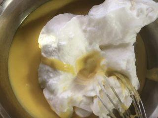 十寸古早蛋糕,面糊中加入三分之一的蛋白,翻拌均匀